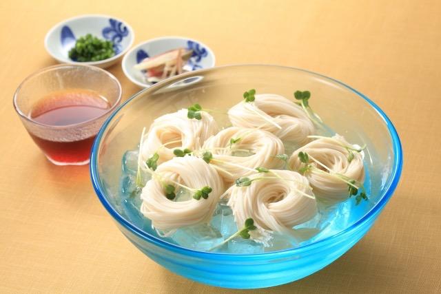 素麺とガラスの器